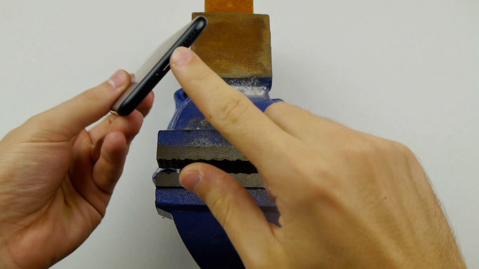 iPhone 7, il video che vi consiglia di trapanarlo per poter utilizzare il jack da 3.5mm