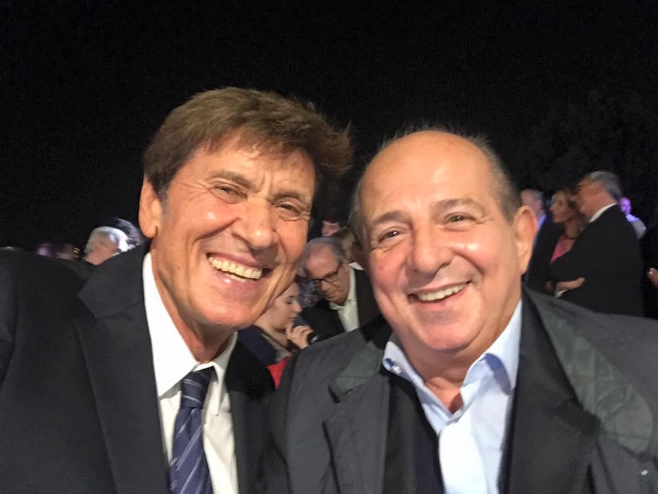 Gianni Morandi: selfie e 'pace social' con Giancarlo Magalli