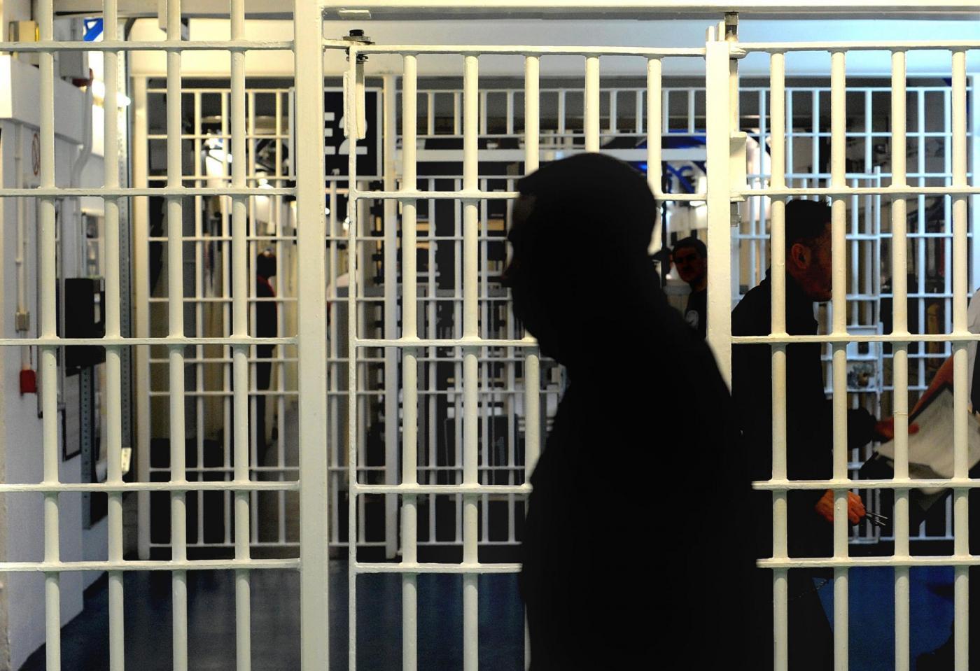 Amore in carcere tra agenti donne e detenuti: shock a Brescia