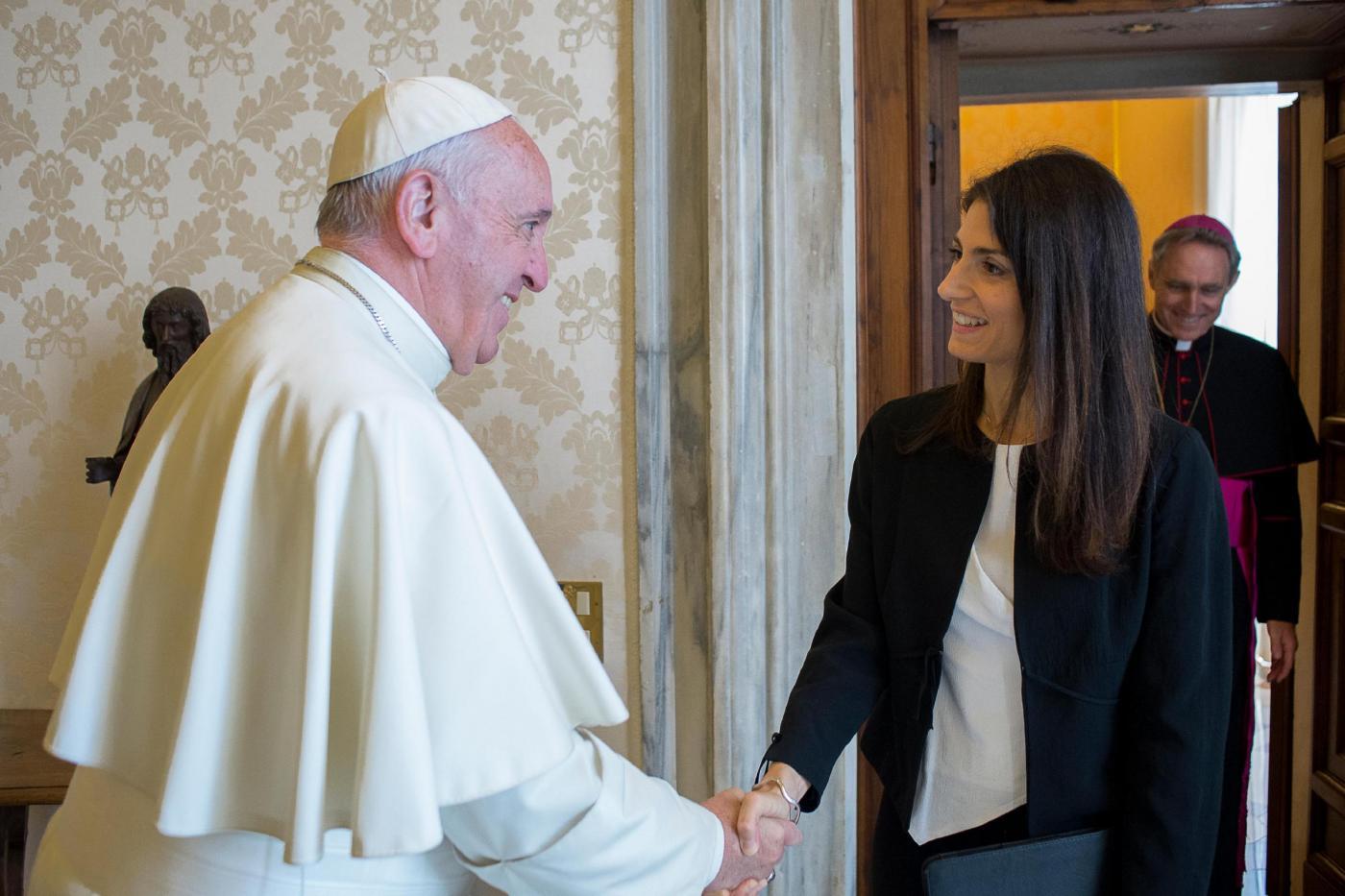 Virginia Raggi in visita da papa Francesco in Vaticano