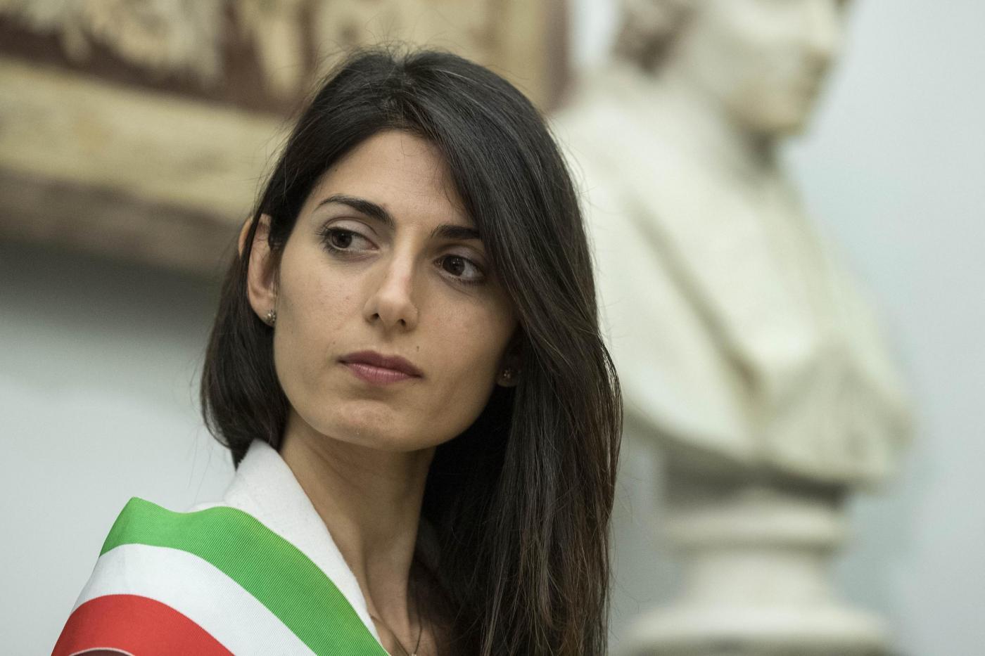 Caos Roma, Virginia Raggi rilancia: 'Diamo fastidio ai poteri forti, andremo avanti'