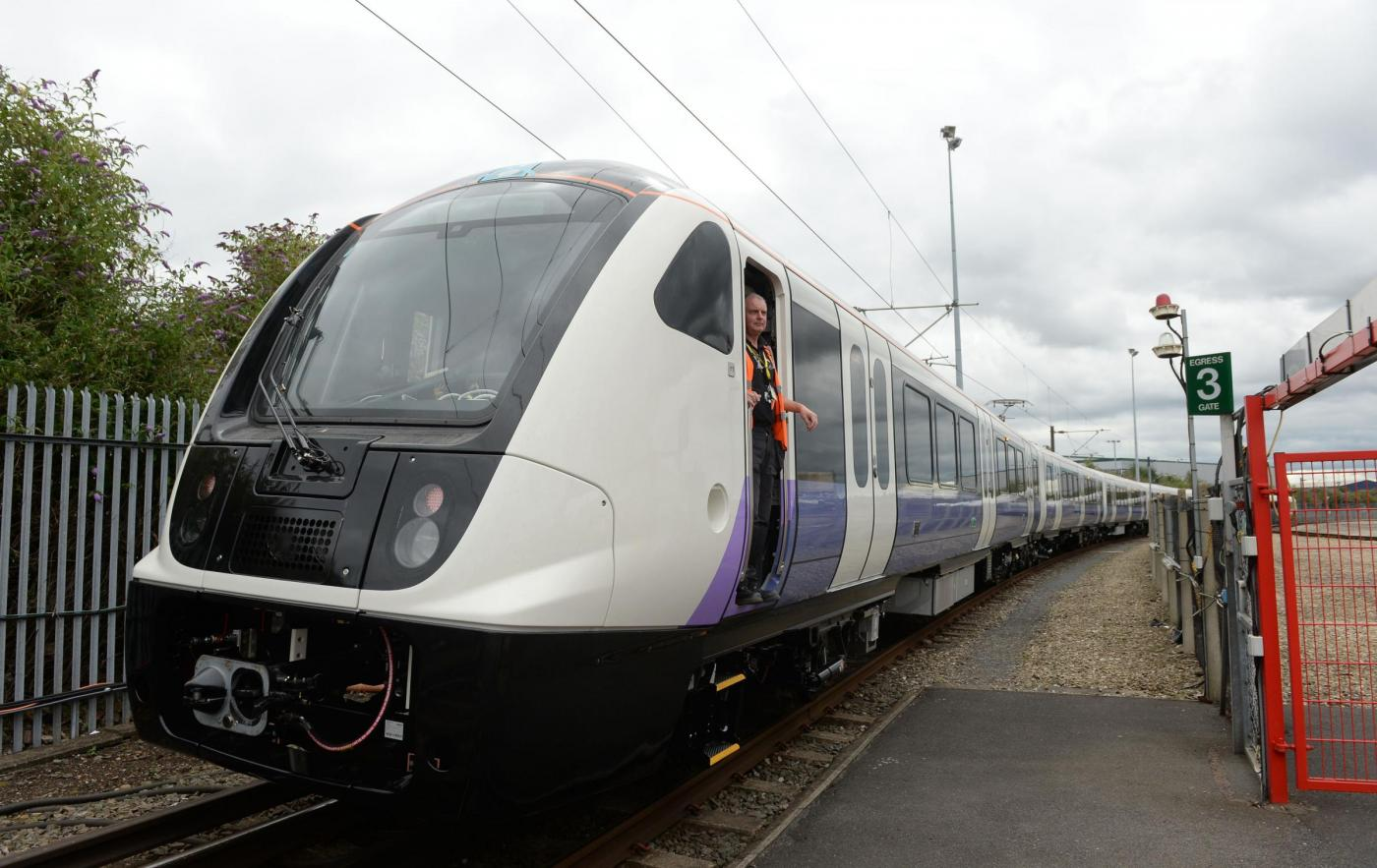 Macchinista finisce il turno e abbandona i passeggeri del treno in aperta campagna