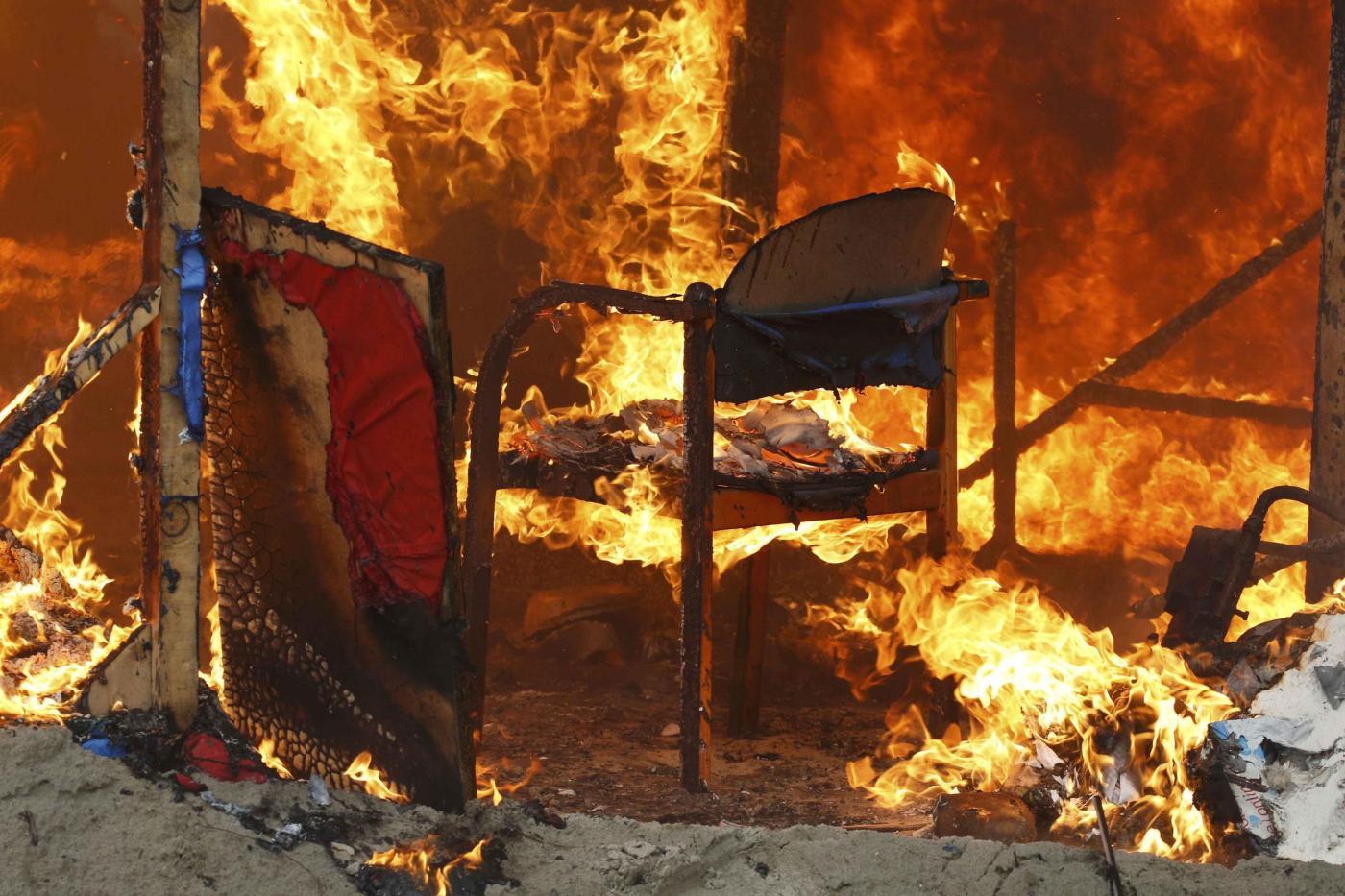 Giungla di Calais in fiamme nella notte: tensione alle stelle