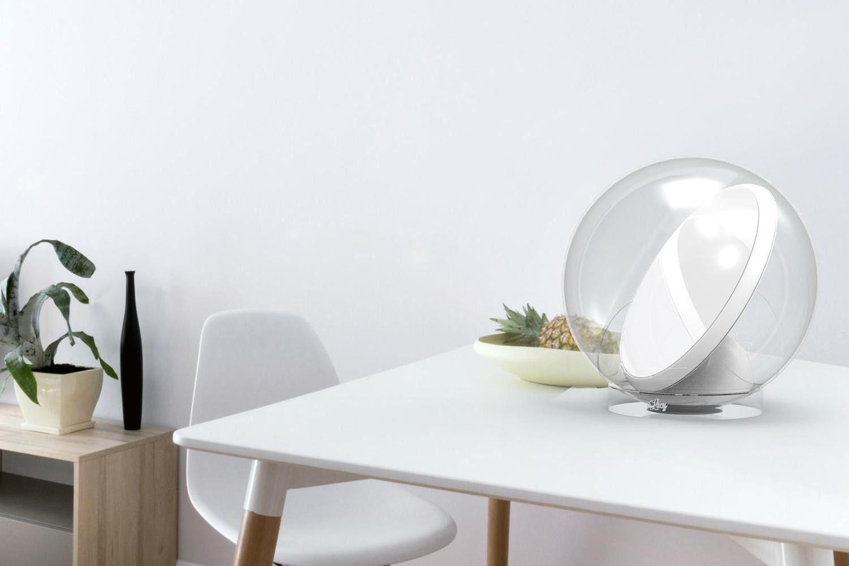 Il robot sfera che riflette la luce solare nelle stanze buie
