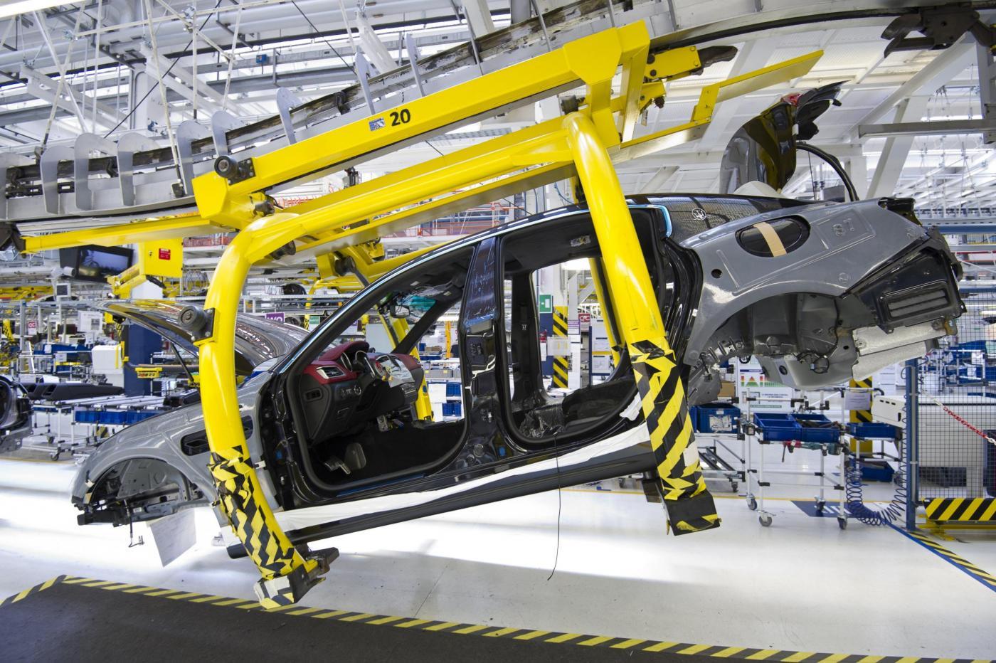 Produzione industriale in salita, +1,7%: impennata del settore auto con +42%