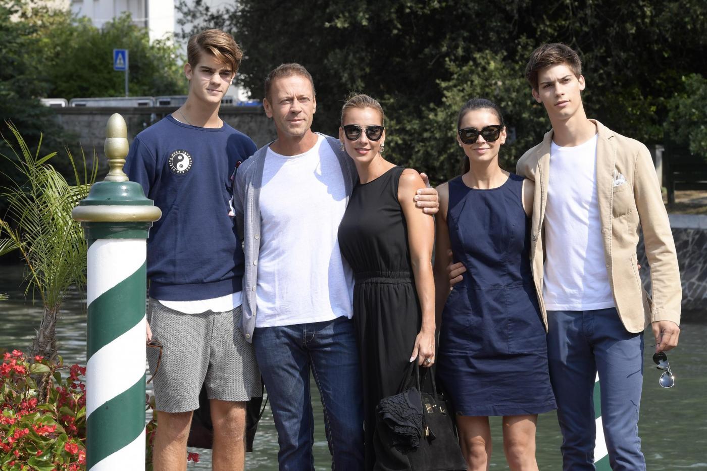 Rocco Siffredi in compagnia della famiglia lascia l'Hotel Excelsior al Lido