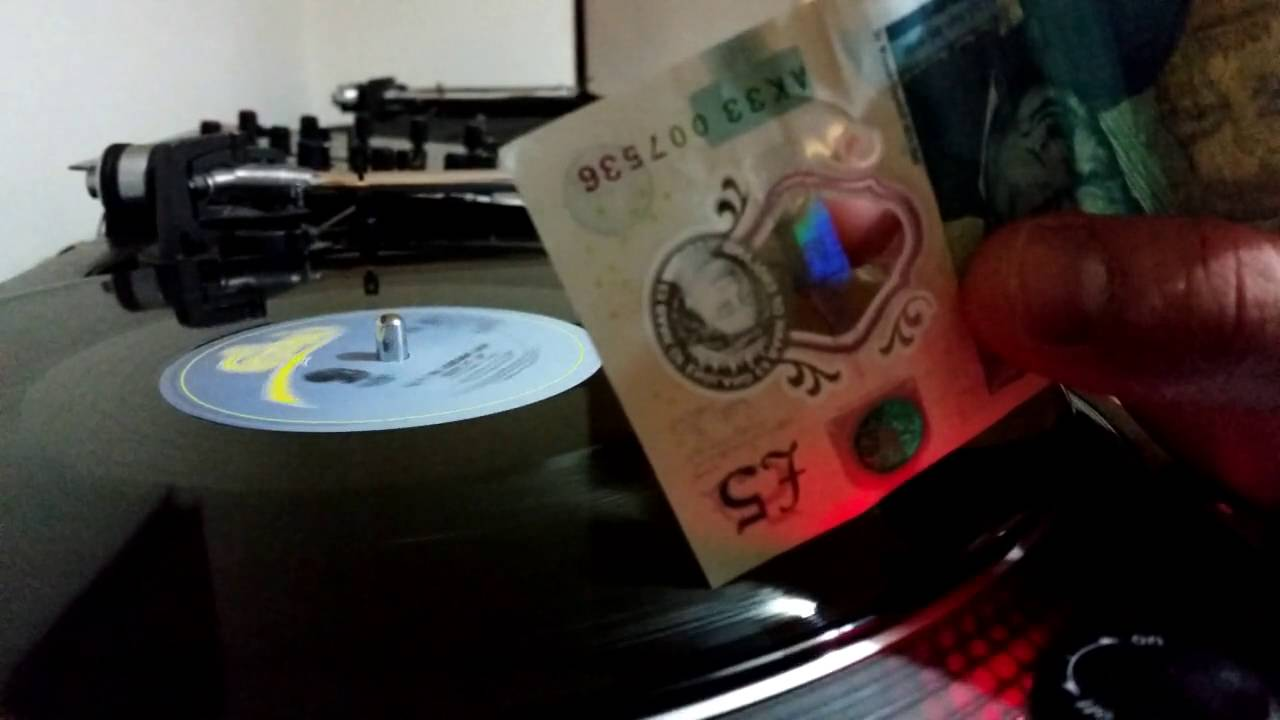 La nuova banconota da 5 sterline suona i vinili