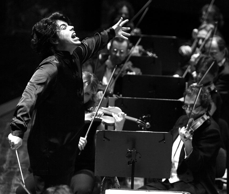 Andrea Battistoni è il direttore della Tokyo Philharmonic Orchestra