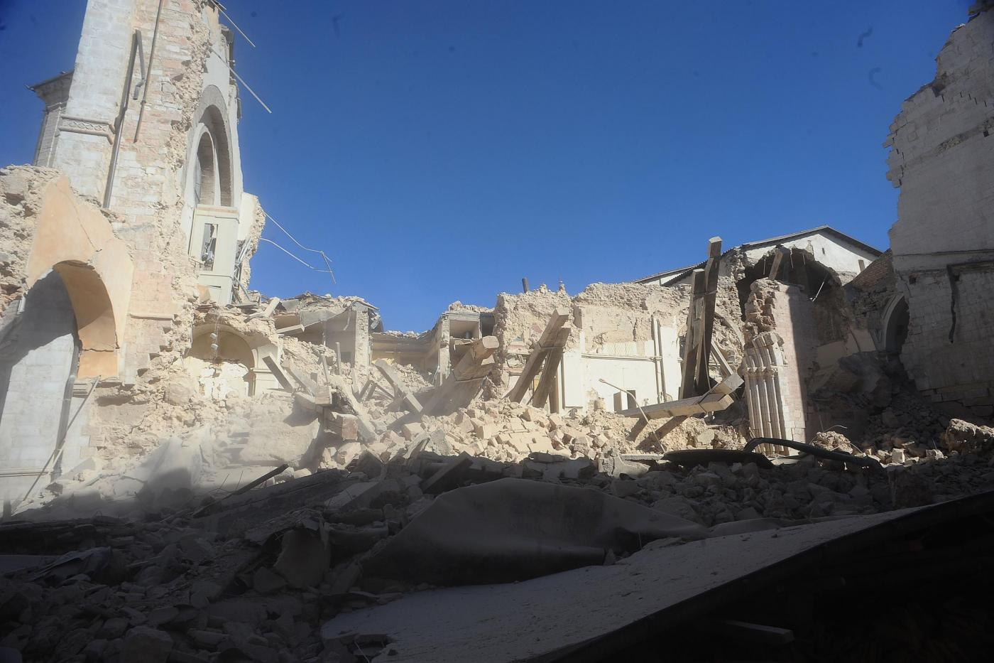 Terremoto Umbria e Marche, oltre 25mila gli sfollati: notte di scosse e paura
