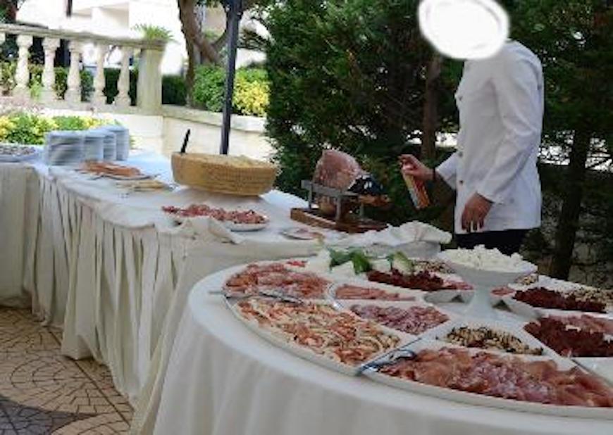 Mosche al banchetto di nozze, cameriere spruzza insetticida sugli antipasti