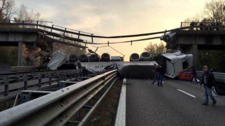 Cavalcavia crolla sulla Milano-Lecco: tir schiaccia tre auto