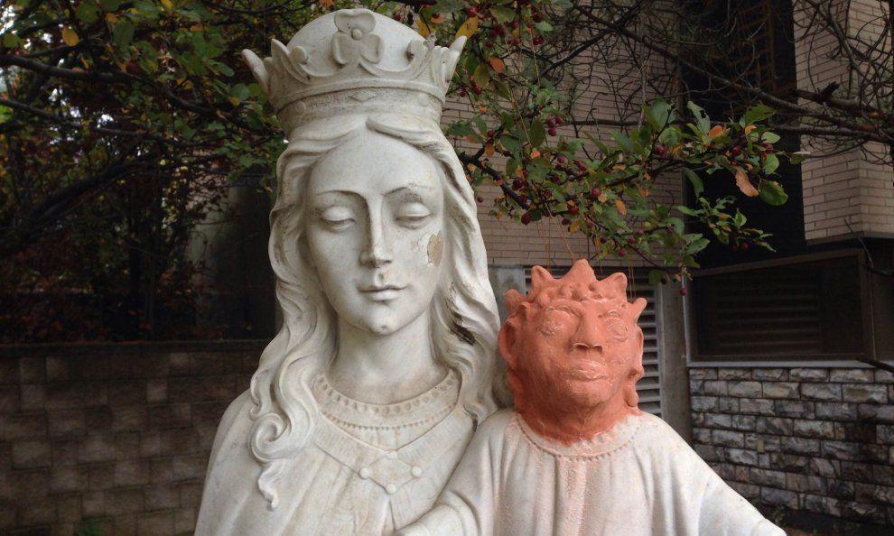 Il restauro della statua della Madonna con Gesù è catastrofico: sembra Maggie Simpson
