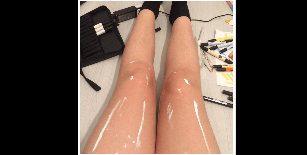 Cosa c'è spalmato sulle gambe? La foto su Instagram è virale e il web si divide