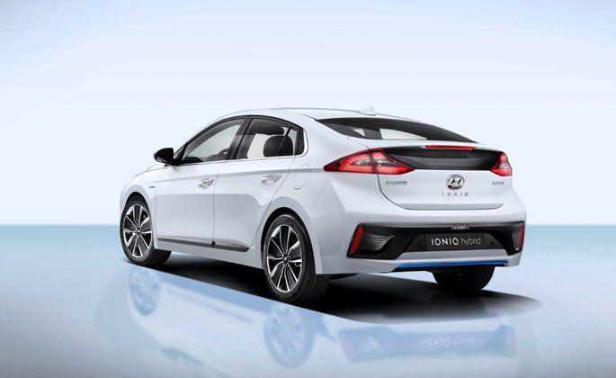 Hyundai IONIQ, i vantaggi di guidare un'auto ibrida