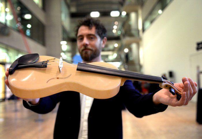 Studente italiano crea violino con seta di ragno e vince un premio a Londra