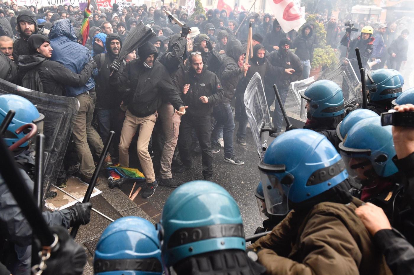 Firenze, manifestazione anti Leopolda: scontri contro le Forze dell'Ordine