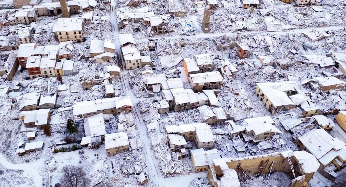 Veduta aerea della citta'' terremotata di Amatrice coperta dalla neve