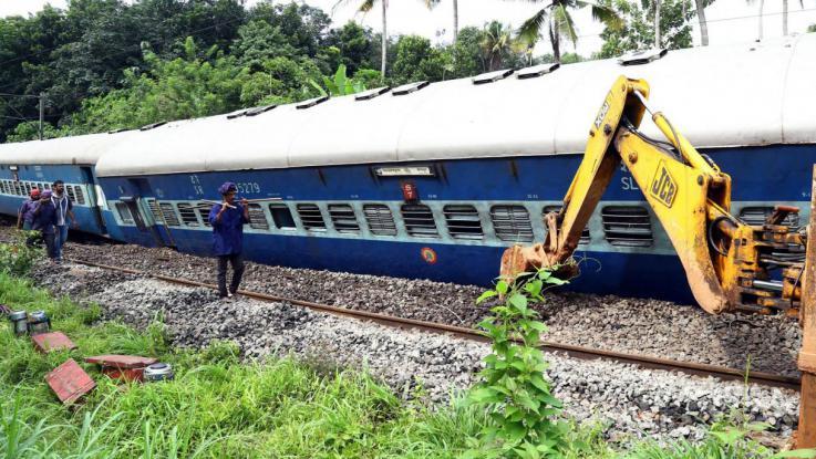 India, treno deraglia: oltre 100 vittime