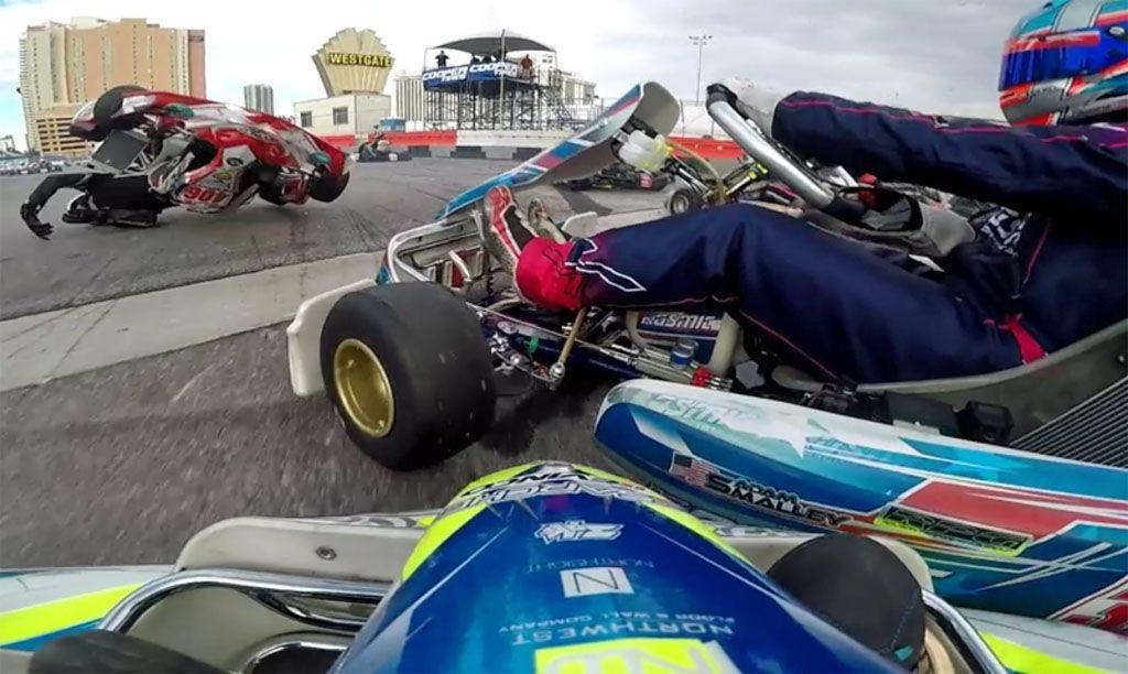Uno spettacolare incidente durante una gara di kart