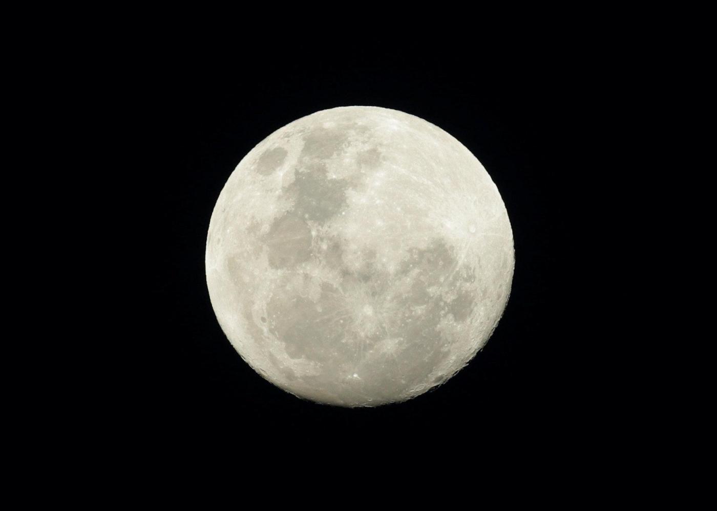 La Super Luna splende sulle capitali del mondo