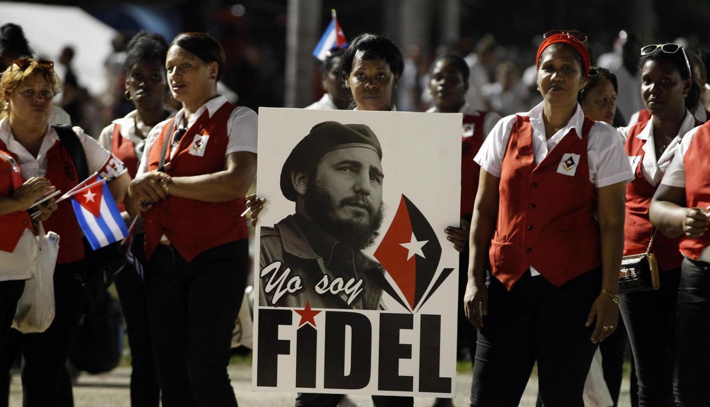 Funerali di Castro, migliaia di persone. Maradona: 'Mi sento cubano'