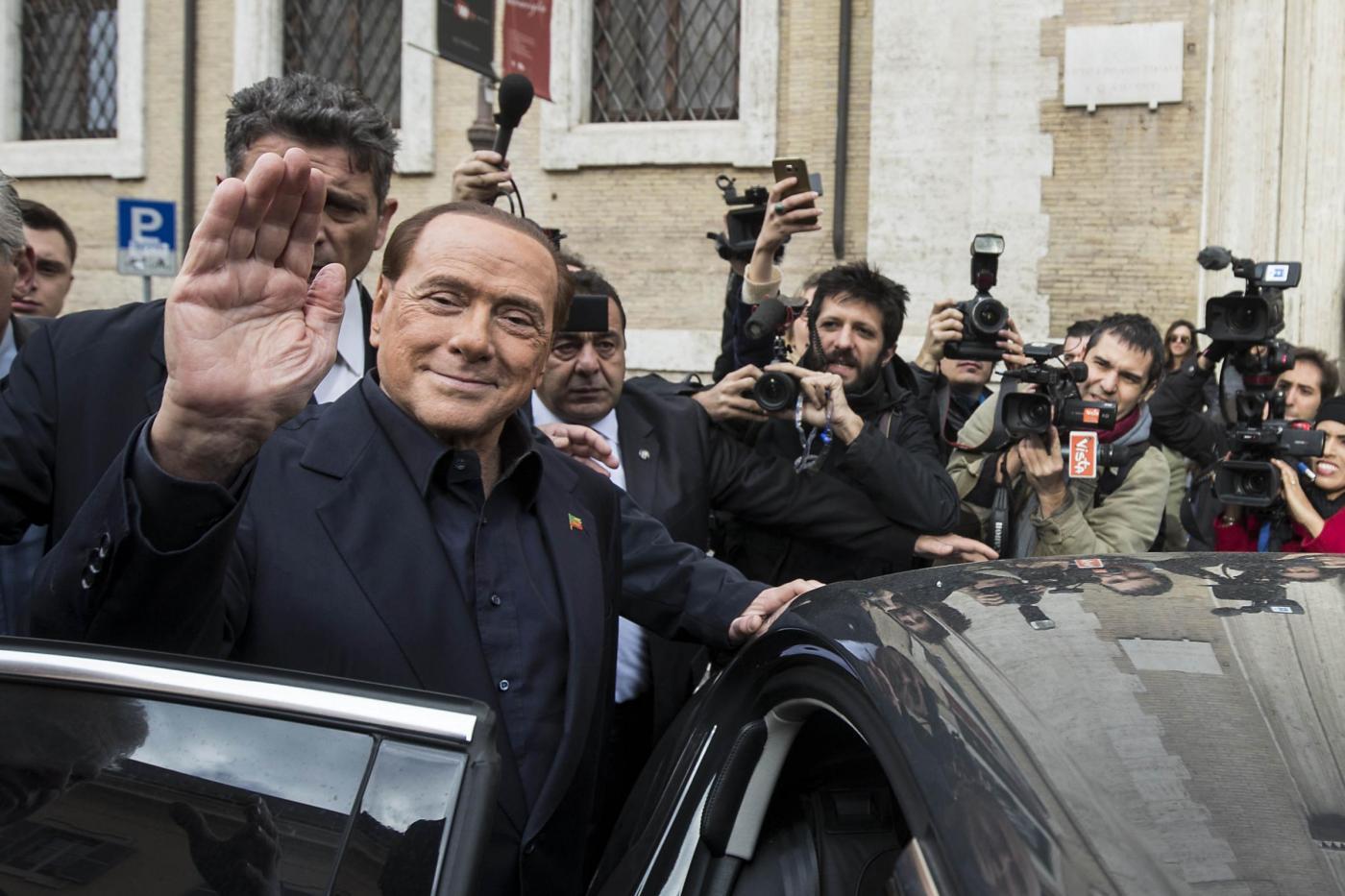 Referendum, Silvio Berlusconi al seggio colpito da un microfono
