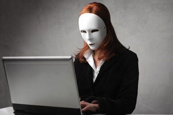 donna in mascher al pc