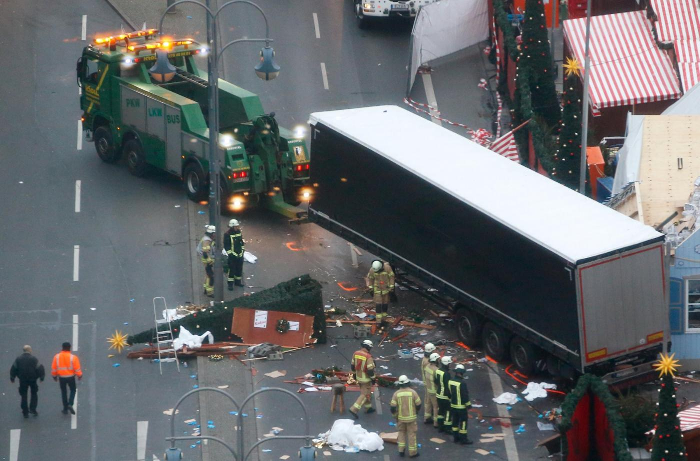 Berlino, il giorno dopo la strage al mercatino di Natale