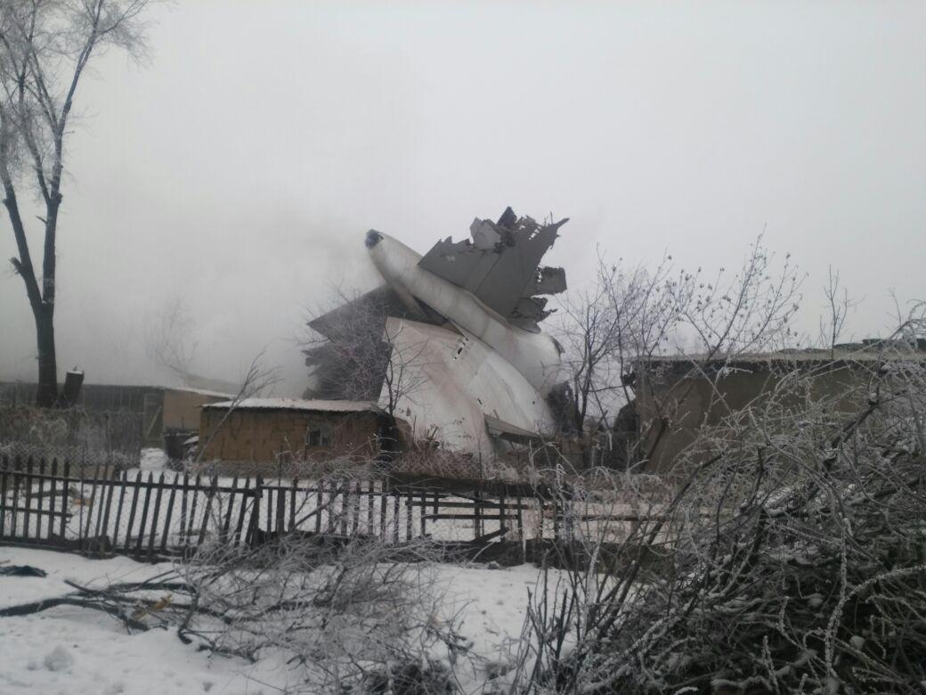 Aereo cargo turco precipita sulle case in Kirghizistan: almeno 37 morti