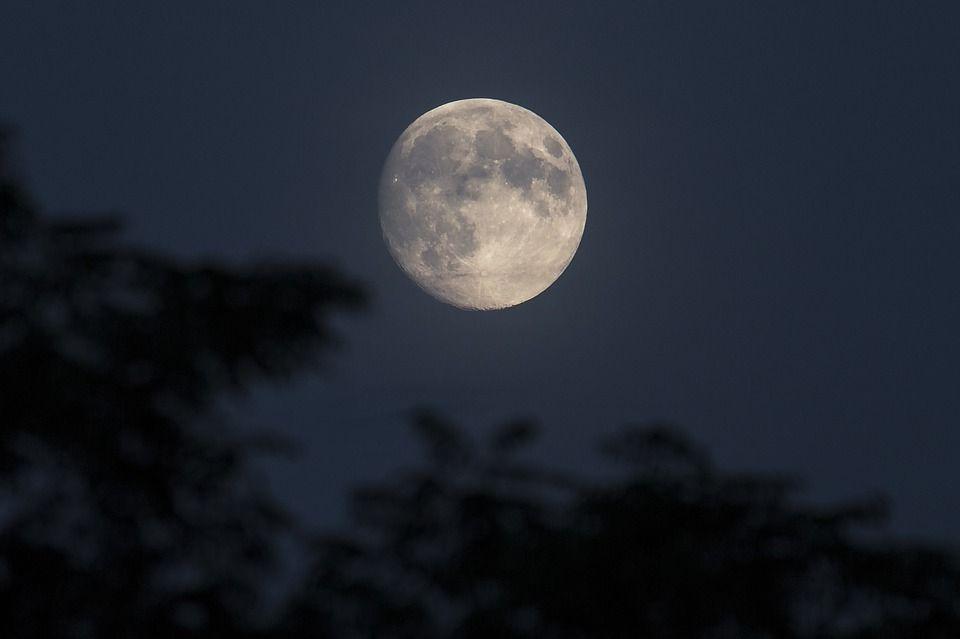 Luna piena venerdì 13, tra curiosità e scaramanzie