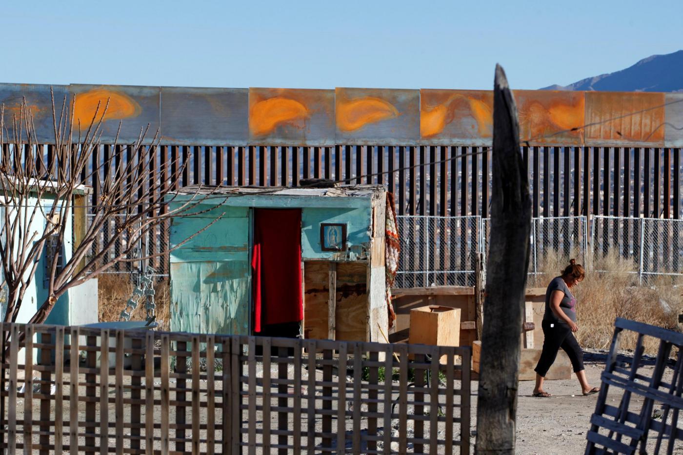 Usa, presidente Trump firma ordine esecutivo per muro a confine Messico
