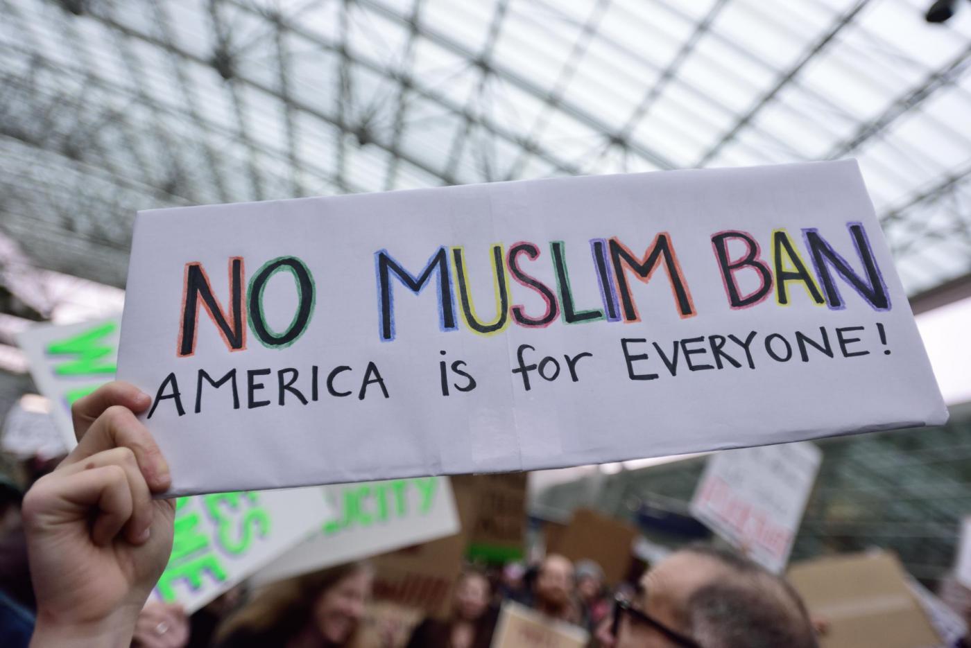 Proteste negli aeroporti americani per l'ordine di Trump contro i musulmani