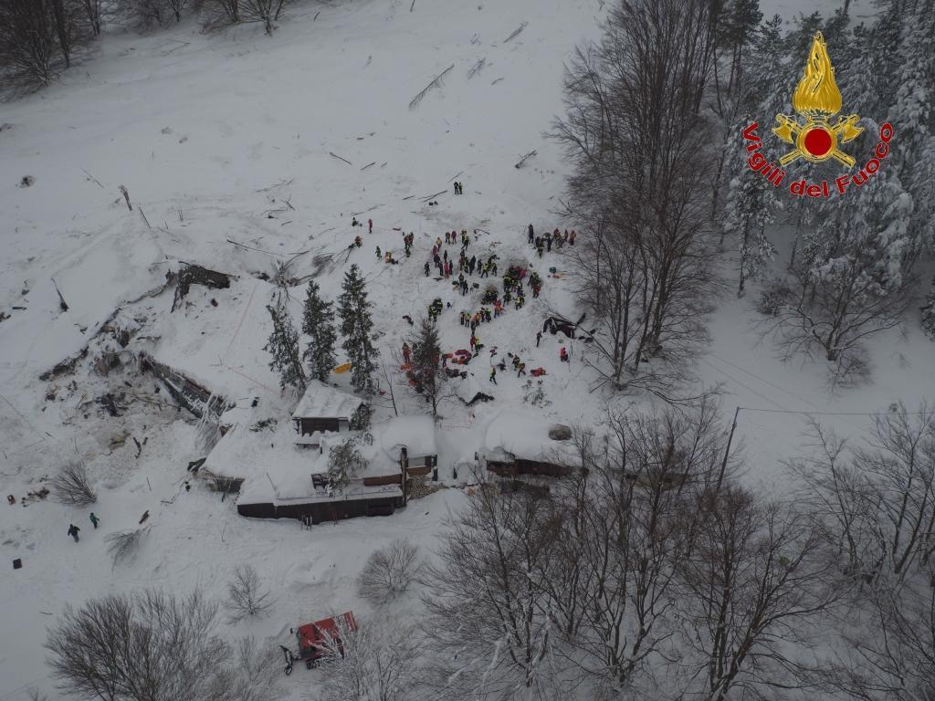 Hotel Rigopiano le immagini dei soccorsi riprese dal drone dei VVFF