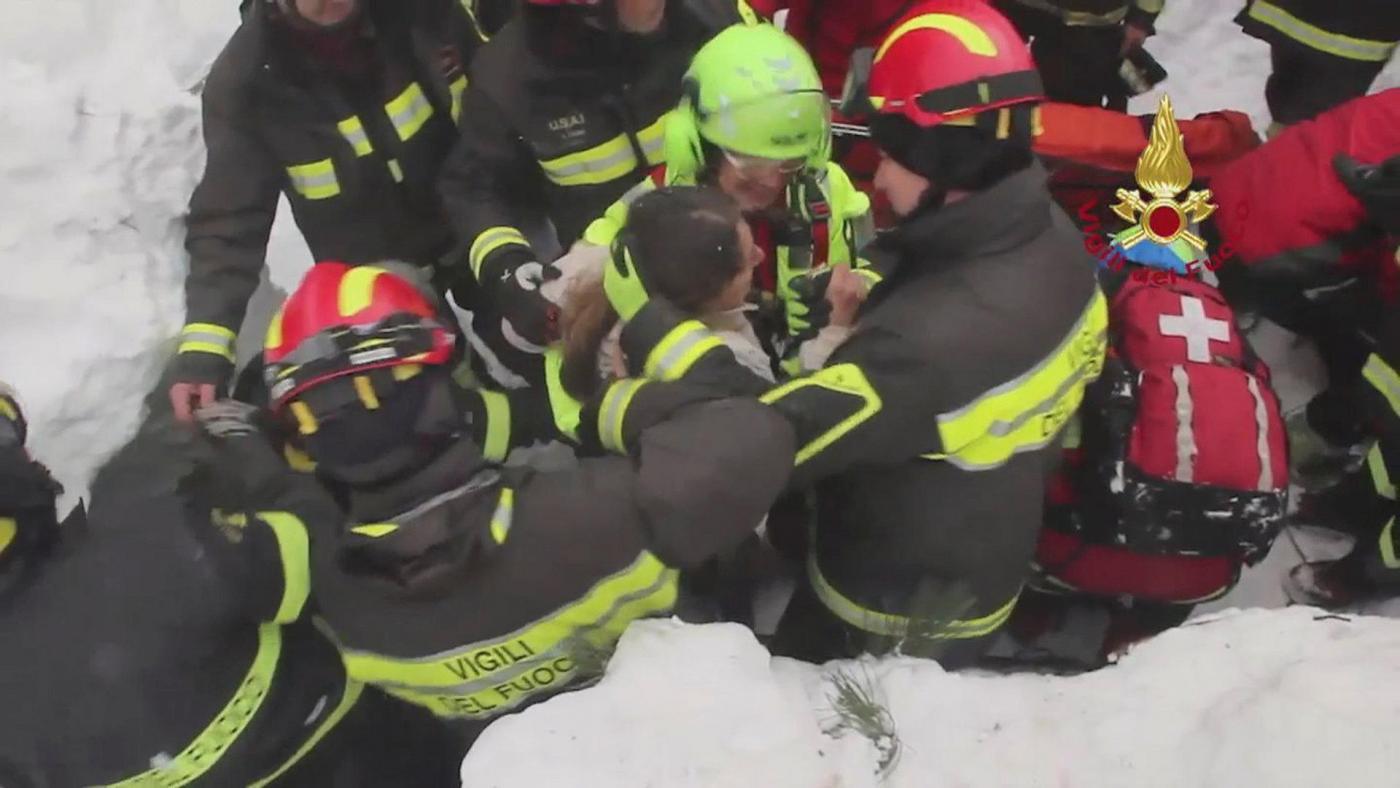 I Vigili del Fuoco estraggono sopravvissuti dall'Hotel Rigopiano