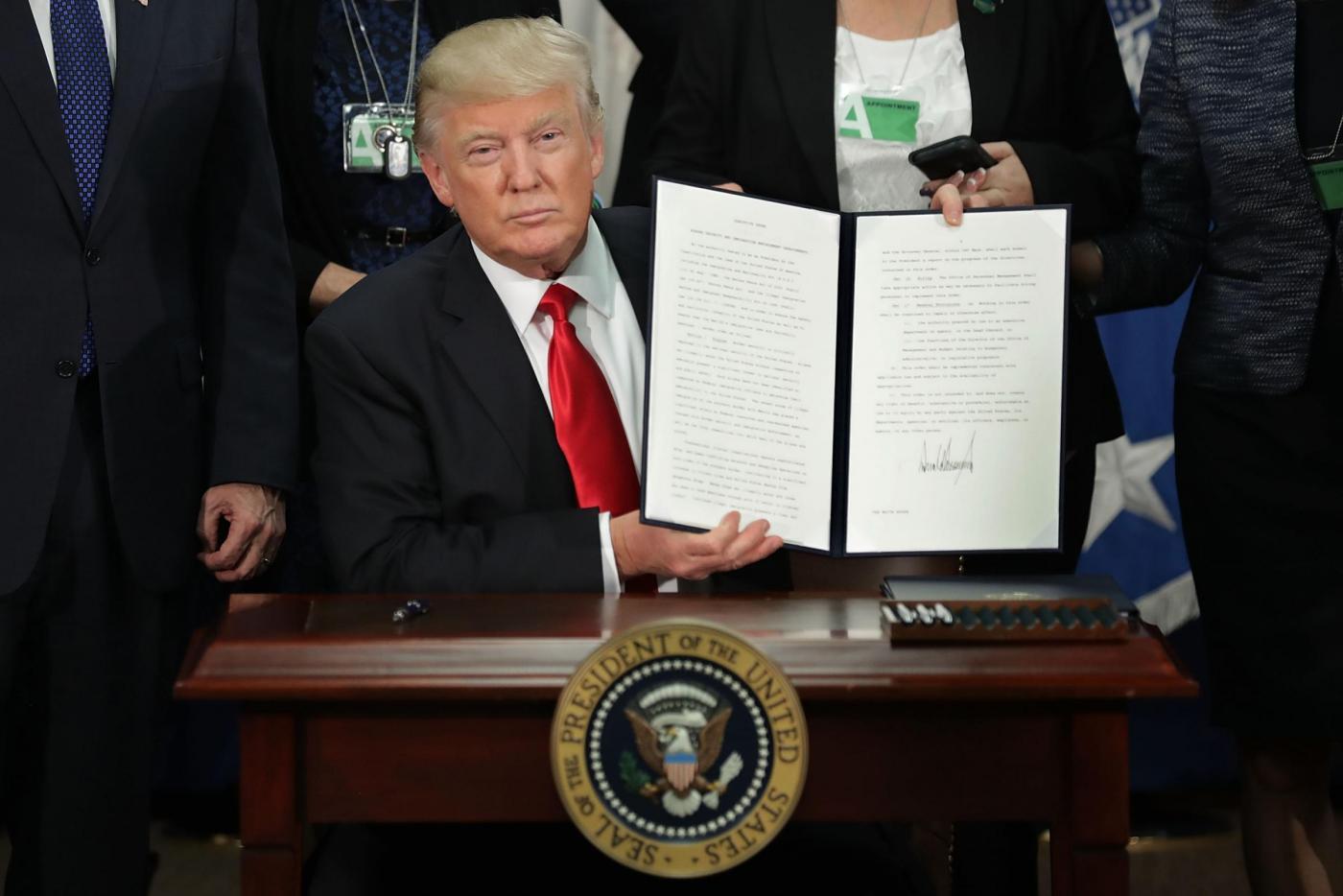 Trump, scontro con il Messico: 'Dazi del 20 percento sui prodotti per costruire il muro'