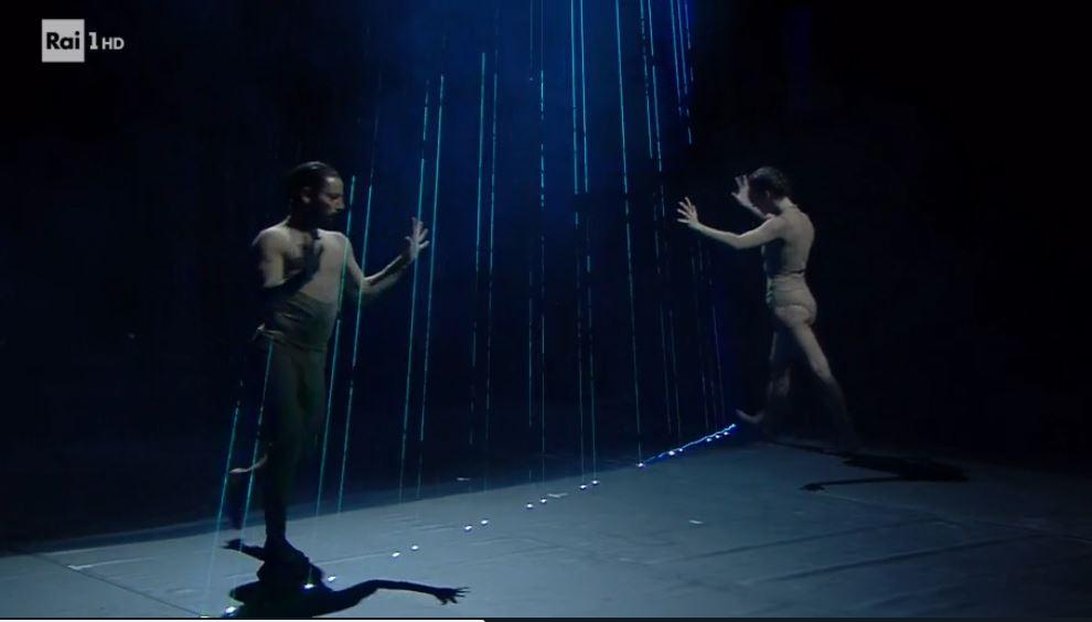 Kitonb aprono la quarta serata di Sanremo 2017: i giochi di luci protagonisti al Festival