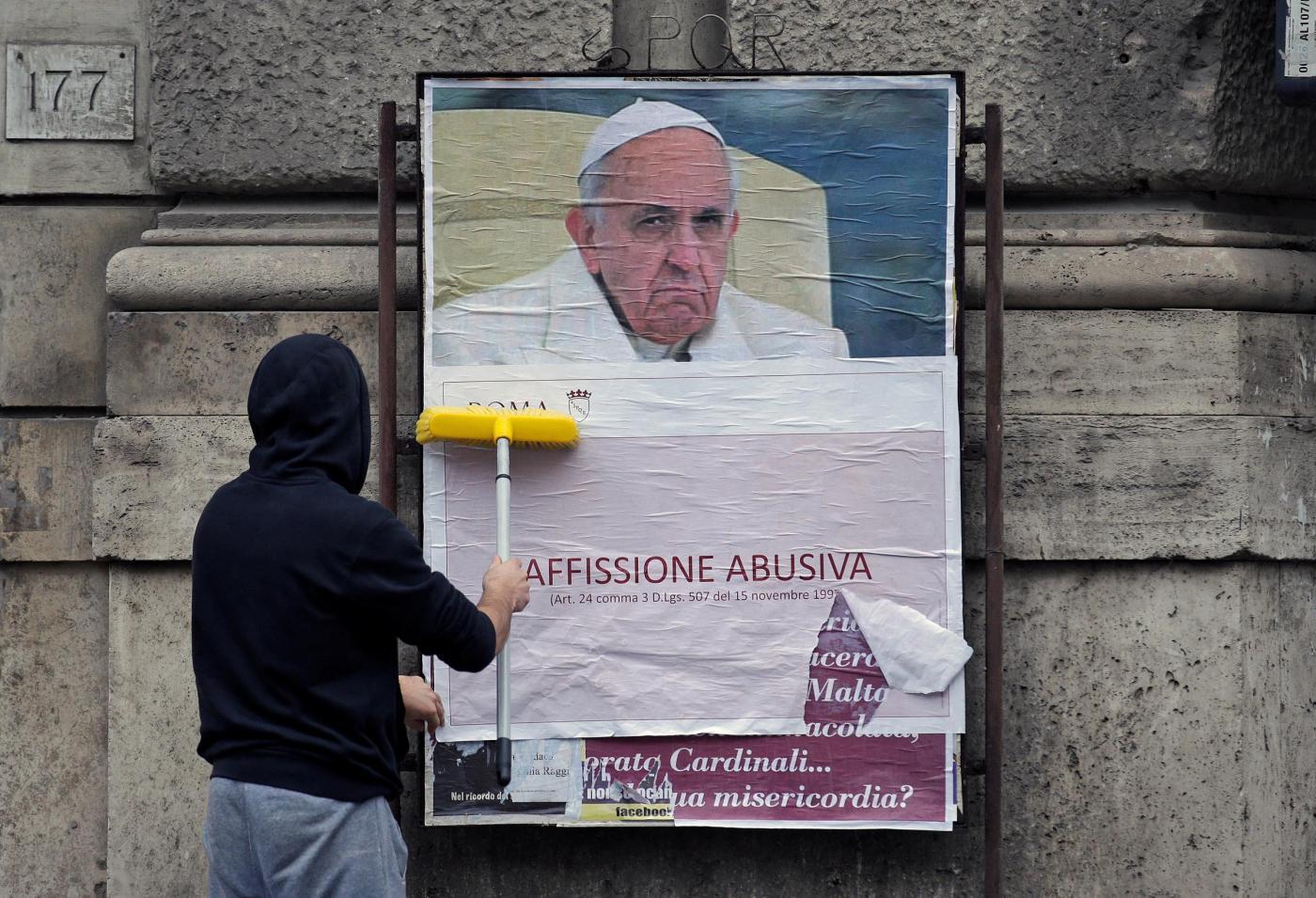 A Roma rimossi manifesti di contestazione contro Papa Francesco