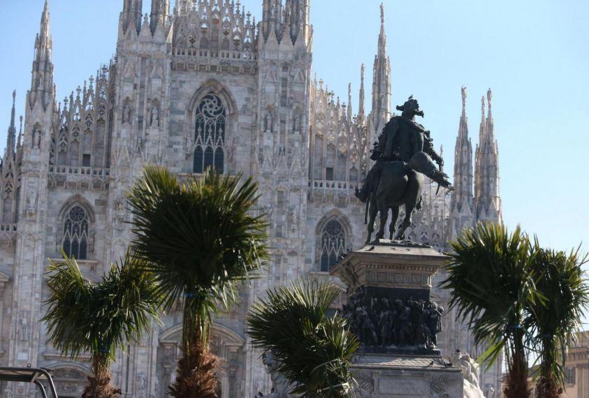Piazza Duomo a Milano: palme bruciate nella notte