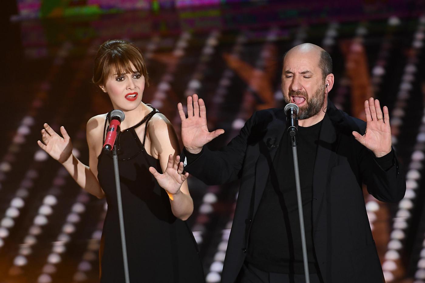Paola Cortellesi e Antonio Albanese a Sanremo 2017: l'esibizione sul palco