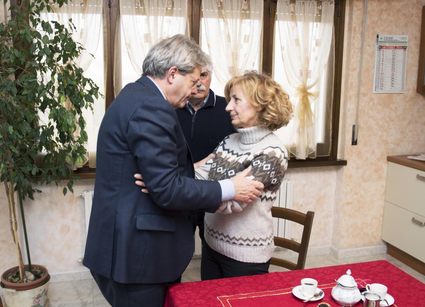 Paolo Gentiloni in visita a Sulmona dalla famiglia di Fabrizia Di Lorenzo