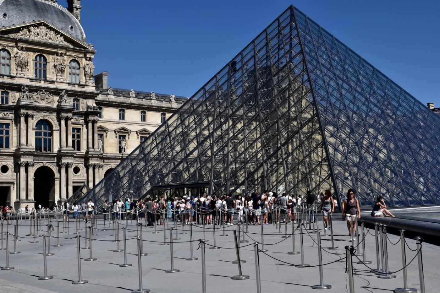 FRANCE PARIS TOURISTS DECLINE