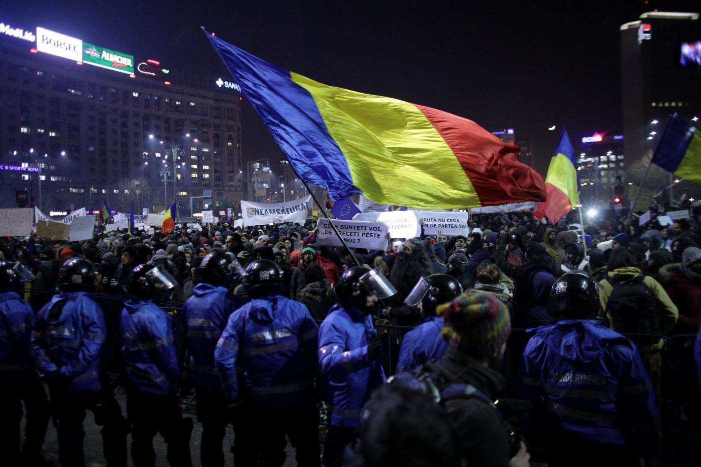 Proteste in Romania, vincono i manifestanti: via la legge che depenalizza la corruzione