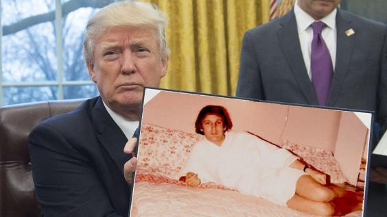 Donald Trump: la foto in accappatoio diventa un meme