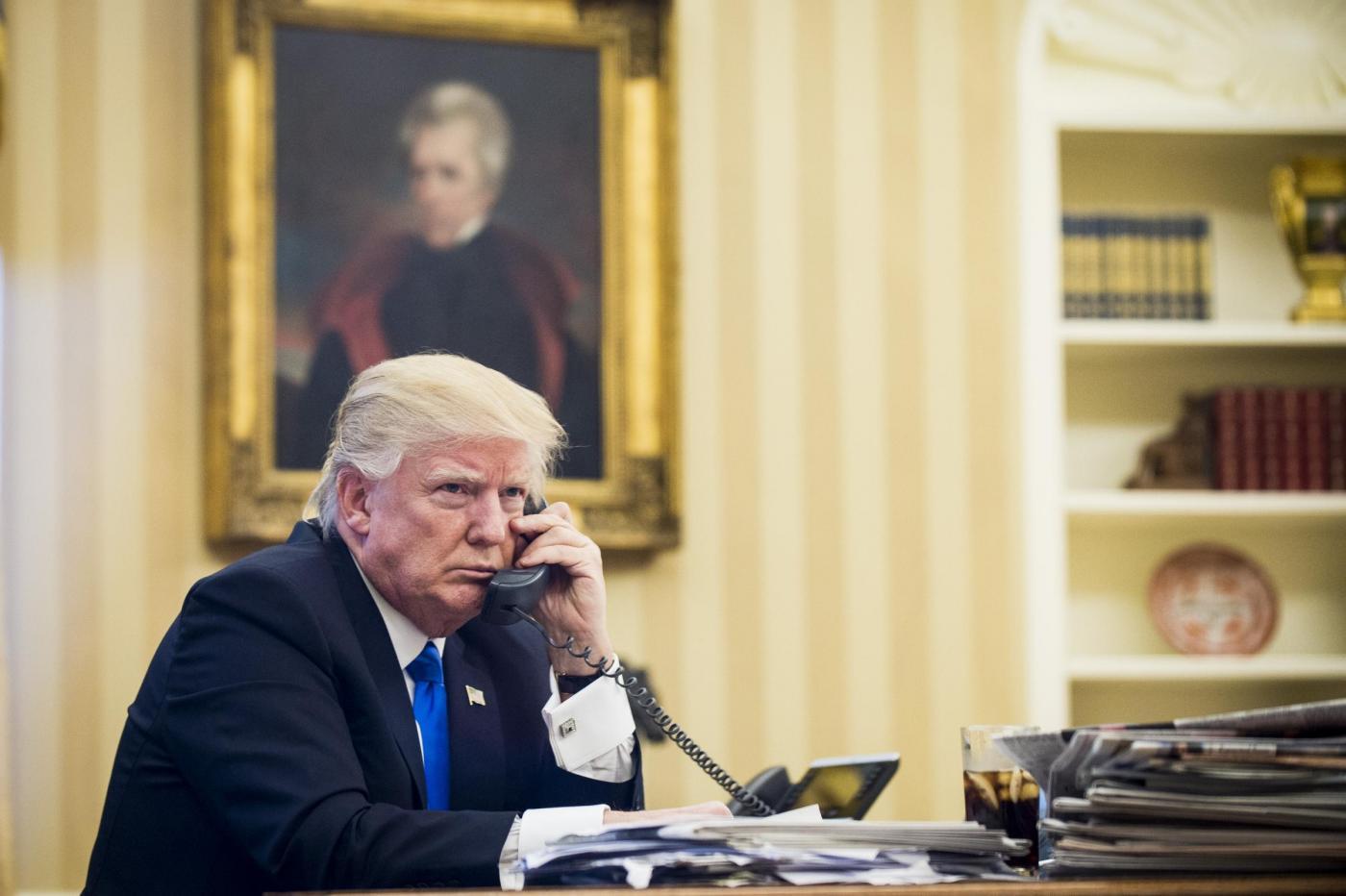 Donald Trump al lavoro nello Studio Ovale della Casa Bianca