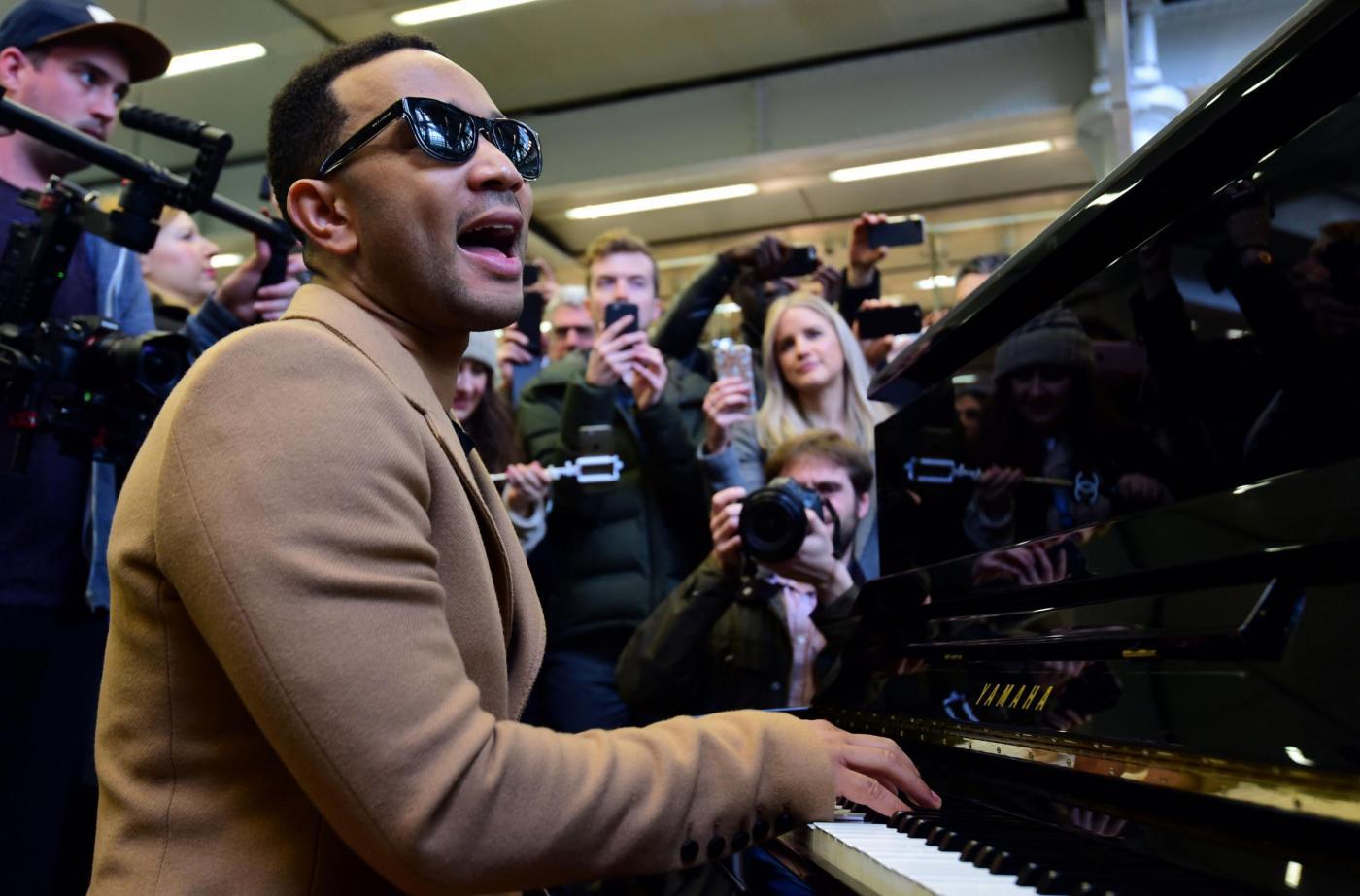 John Legend suona a sorpresa in stazione a Londra