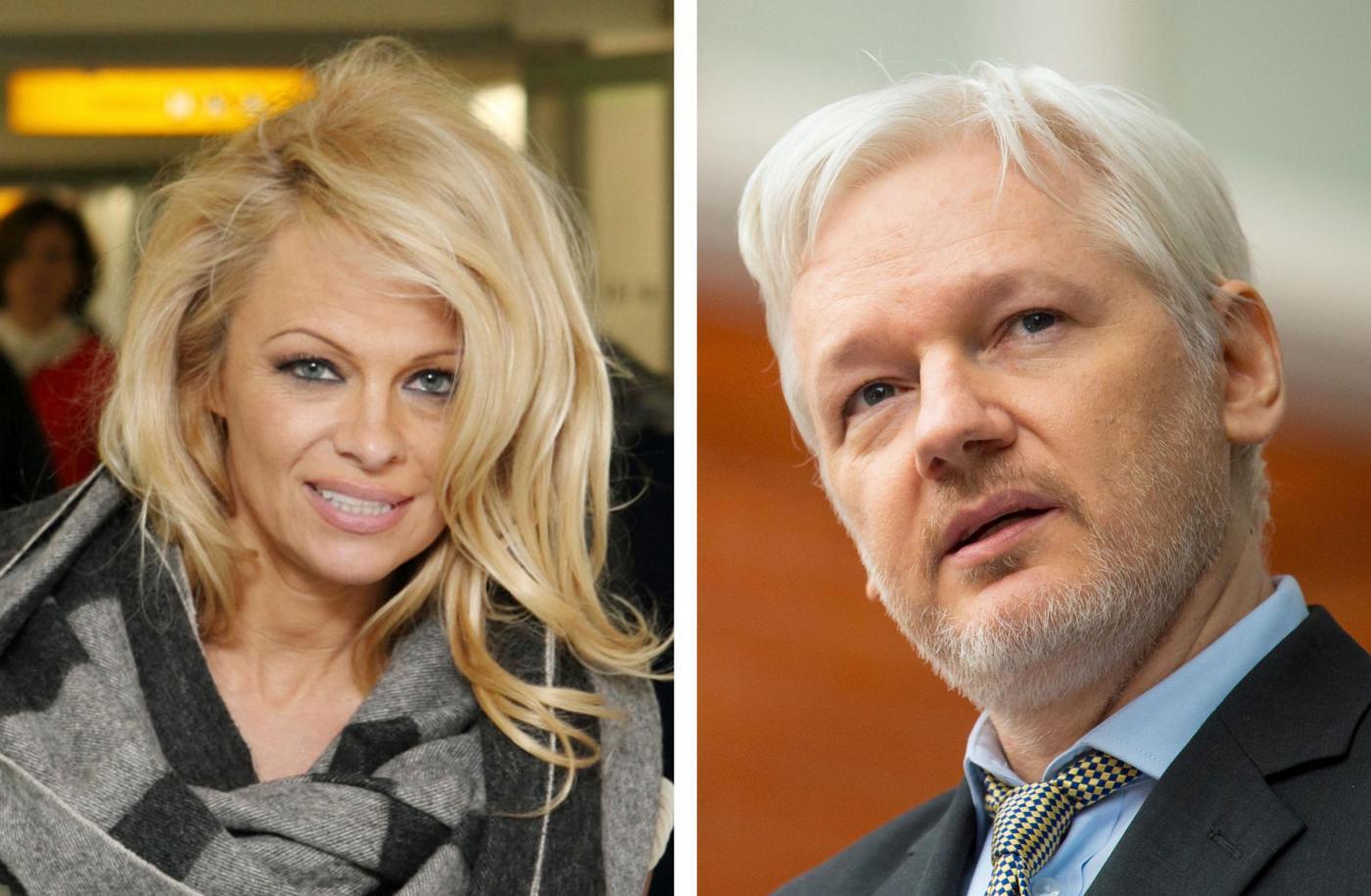Pamela Anderson e Julian Assange sono una coppia? Incontri galeotti in ambasciata
