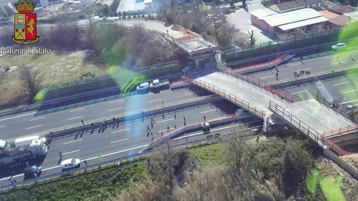 Ancona, crolla ponte sull'autostrada A14: almeno due morti e diverse persone ferite