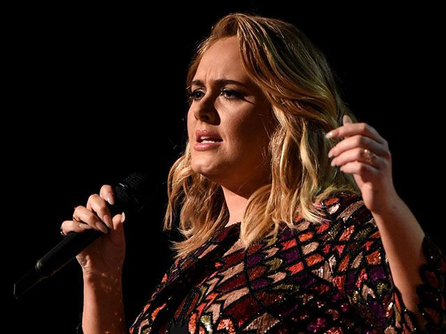 Adele si è sposata: annuncio a sorpresa durante un concerto