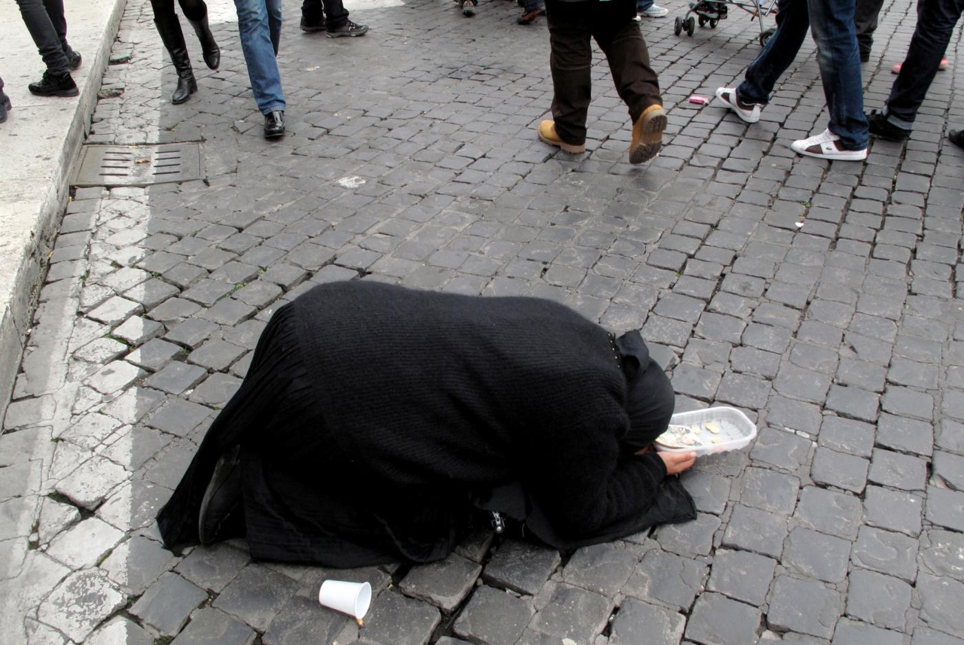 Seregno, sindaco contro l'elemosina: «Basta dare soldi agli accattoni»