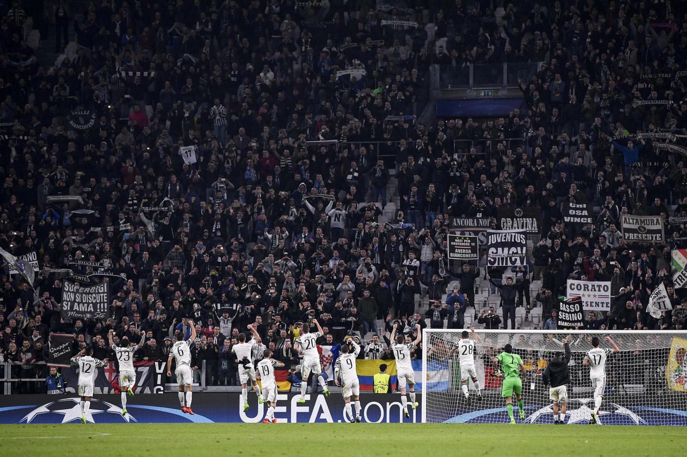 Juventus-Porto, tifoso scavalca le barriere per lo scambio di sciarpe